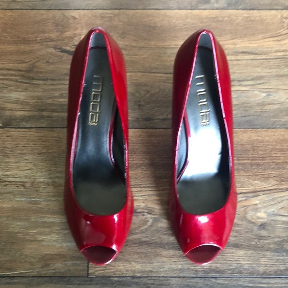 Moda red patent leather peep toe pumps